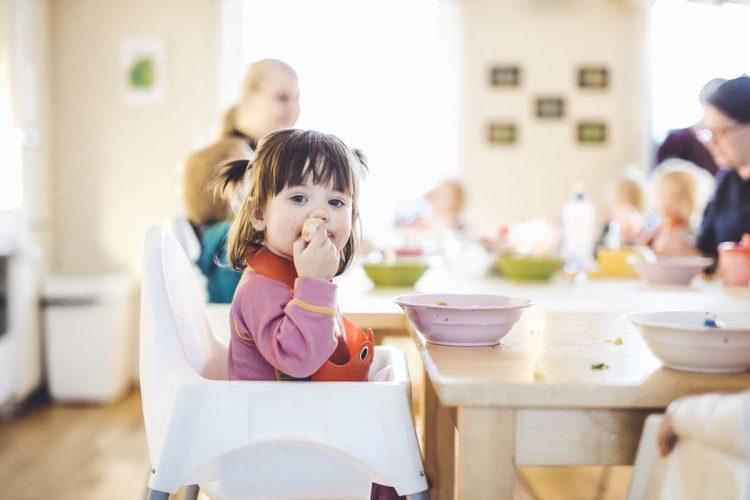Rundt matbordet i Langekjenntunet barnehage